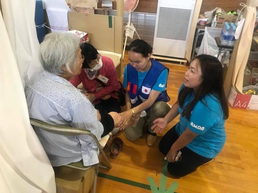 Монгол эмч Японд гамшигт өртсөн иргэдэд тусламж үзүүлж байна